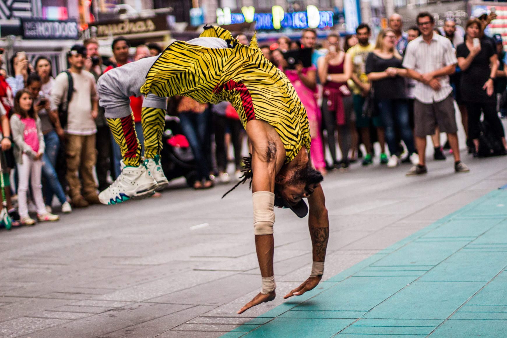 "Tylon ""The One"" Moore, acrobata e street performer, Times Square, NYC, 2016"