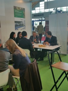 </span></figure></a> lo stand geocycle a ecomondo in un momento più affollato.
